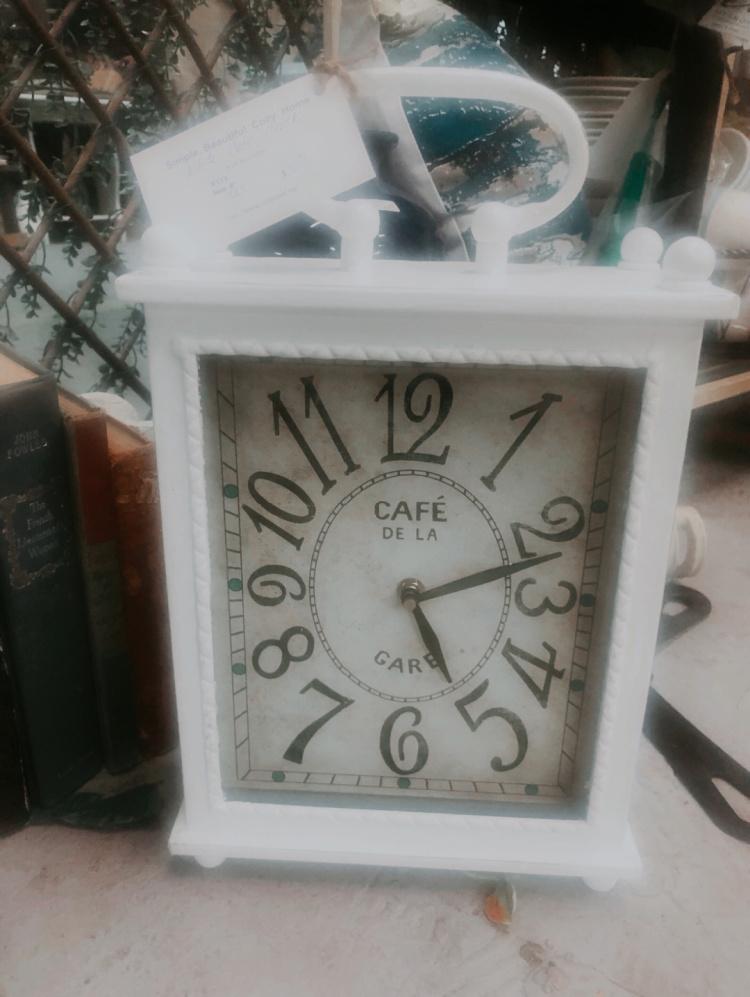 White tabletop clock